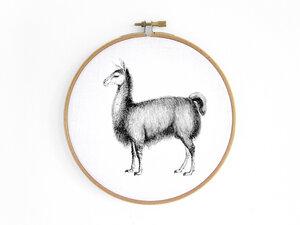 Alpaka im Stickrahmen als Bild (seitlich) - renna deluxe