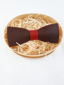 Fliege aus gelochtem Leder mit rotem Steg!   - Süßstoff