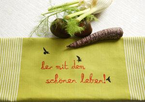 """Handgewebtes Fair-Trade-Geschirrtuch """"her mit dem schönen leben!"""" in grün - Hirschkind"""