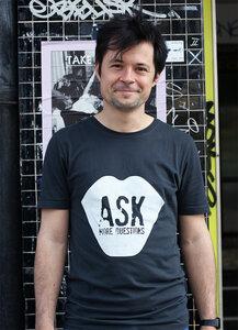 ASK MORE QUESTIONS - Männer T-Shirt - Lena Schokolade