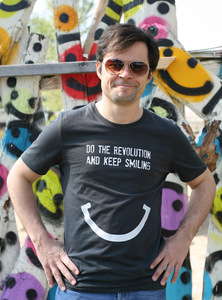 DO THE REVOLUTION AND KEEP SMILING - Männer T-Shirt - Lena Schokolade