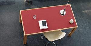 Tisch aus Lärchen-Vollholz mit roter Linoleum-Platte und Aluminiumfüßen - alvari