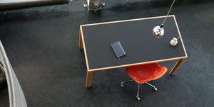 alvari-Schreibtisch aus Eichen-Vollholz mit schwarzer Linoleumplatte im alvari-Design - alvari