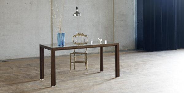 alvari tisch aus r uchereichen vollholz mit glasplatte