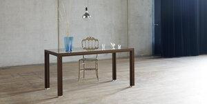 Tisch aus Räuchereichen-Vollholz mit Glasplatte im alvari-Design - alvari