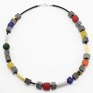 """Halskette """"Freiraum II"""", Horn und Recyclingglas auf Kautschuk  - steinfarben"""