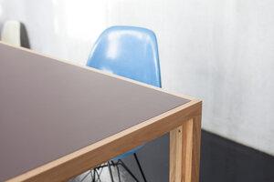 Tisch aus Eichen-Vollholz mit braun-grauer Linoleumplatte - alvari