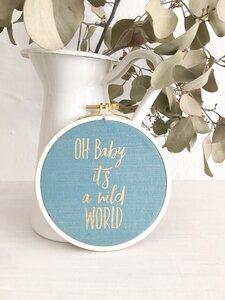 Spruch im Stickrahmen 'Oh Baby it´s a wild World' gold aqua - ani Textildesign