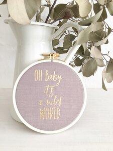 Spruch im Stickrahmen 'Oh Baby it´s a wild World' gold rosa - ani Textildesign