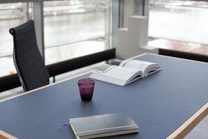 Tisch aus Eichen-Vollholz mit nachtblauer Linoleumplatte - alvari