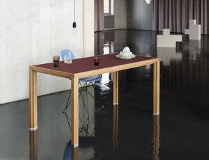 Tisch aus Eichen-Vollholz mit Auberginen-farbiger Linoleumplatte - alvari