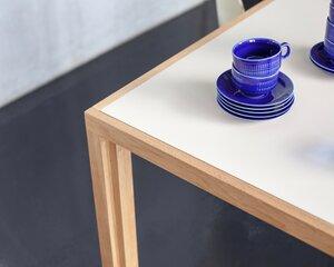 Tisch aus Eichen-Vollholz mit heller beiger Linoleumplatte - alvari