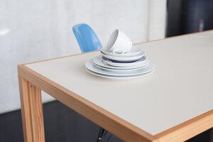 Tisch aus Lärchen-Vollholz mit heller beiger Linoleumplatte - alvari