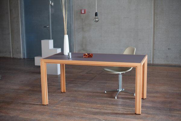 Alvari tisch aus l rchen vollholz mit mit braun grauer linoleumplatte avocadostore - Grauer schreibtisch ...