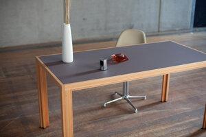 Tisch aus Lärchen-Vollholz mit mit braun-grauer Linoleumplatte - alvari