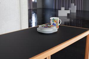 Tisch aus Lärchen-Vollholz mit schwarzer Linoleumplatte - alvari