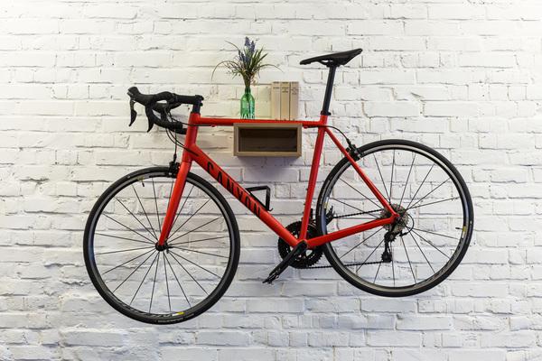 bicycledudes fahrrad wandhalterung gustav aus nachhaltigem holz avocadostore. Black Bedroom Furniture Sets. Home Design Ideas